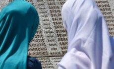 Serbijas tiesa pārtrauc Srebrenicas slaktiņa lietas izskatīšanu