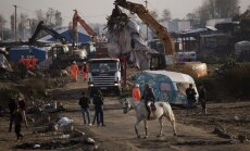 Foto: Francūži nojauc migrantu pamestos un daļēji nodedzinātos 'džungļus'