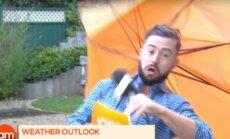 Video: Laika ziņu diktoru tiešraidē aizpūš stipra vēja brāzma