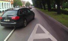 Video: 'Audi' Rīgā apbrauc sastrēgumu pa sabiedriskā transporta joslu