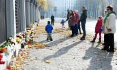 Foto: Pie Krievijas vēstniecības Rīgā gulst ziedi aviokatastrofas upuru piemiņai