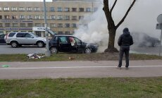 Video: Ar baltiem dūmiem Rīgā nodeg automašīna 'Fiat'