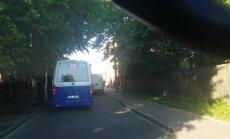 Video: Traucas pa pretējo joslu un citi Rīgas minibusa šofera pārkāpumi