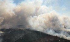 Dūmi no Valdgales ugunsgrēka veido smogu Lietuvas ziemeļos