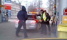Video: Rīgā policists šūpina patruļauto, lai bākā satilptu vairāk degvielas