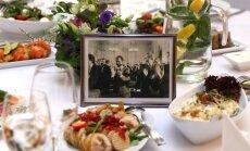 Foto: Latvija svin valsts svētkus pie baltiem galdautiem