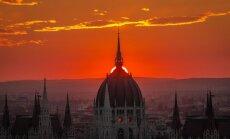 Foto: Kvēlojošs saullēkts un saulriets pār ugunīgo Budapeštu