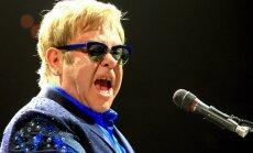 Eltons Džons koncertā Maskavā nopeļ antihomoseksuāļu likumu
