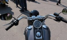 'Suzuki' vadītājs nesavalda motociklu un apgāžas; 'Harley Davidson' nobrauc no ceļa