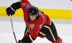 'Flames' aizmaina aizsargu Būmīsteru uz 'Blues' komandu