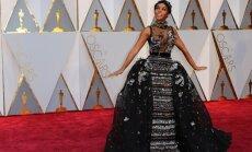 """ФОТО: Самые яркие наряды звезд на красной дорожке церемонии """"Оскар"""""""