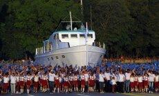 Foto: Militārajā parādē Kubā pa ielām izved leģendārās jahtas 'Granma' kopiju