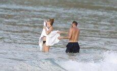 Paparaci kadri: 46 gadus vecā Turmena aušojas pludmalē