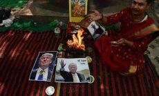 Foto: Indijā hinduistu radikāļi rīko uguns rituālu Trampa uzvarai