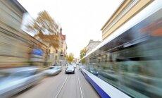 Ierobežo satiksmi Miera ielā Rīgā