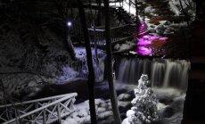 Krāsaini izgaismotie ūdenskritumi un piesnigušās Ieriķu dzirnavas