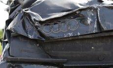 'Audi' nobrauc no ceļa un apgāžas; slimnīcā nonāk vadītāja