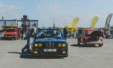 Foto: Ķīpsalā pulcējas 212 klasisko auto uz 'Youngtimer' sezonas atklāšanu