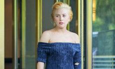 Kļūdās arī labākie: Lady Gaga pieķerta caurā kleitā