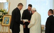 Mozaīka un Indriķa hronika – pāvests un Latvija apmainās dāvanām