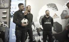 Foto: Karašausks, Verpakovskis un Gorkšs iemēģina jauno Pasaules kausa bumbu