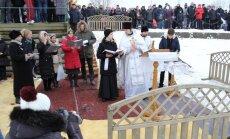 ФОТОРЕПОРТАЖ. Крещенские купания на Лиелупе: главное в празднике - это молитва