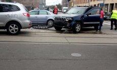 Foto: Maskavas ielā uz tramvaja sliedēm avarē divi auto