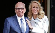 Foto: Mērdoks 84 gadu vecumā mij gredzenus ar kādreizējo supermodeli Holu