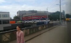 Prāgas ielā uz sliedēm 'sastopas' divi pretējos virzienos braucoši tramvaji