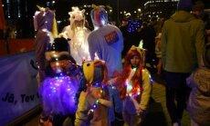 Foto: Simtiem apgaismotu dalībnieku metas 'Staro Rīga' skrējienā
