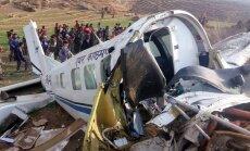 Foto: Nepālā lidmašīnas avārijā iet bojā piloti, deviņi pasažieri izdzīvo