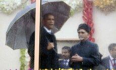 Foto: Obama lietū un aiz bruņustikla vēro krāšņo Indijas Republikas dienas parādi