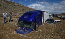 Foto: Dubļu noslīdenis 'aprij' automašīnas Kalifornijā