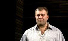 Video: Porečenkovam pēc izrādes met ar pistoli un aicina 'pašaut'