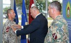 Foto: Svinīgā ceremonijā zemessargiem piešķir leitnanta dienesta pakāpes