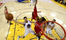 'Warriors' bez Karija NBA izslēgšanas spēlēs pieveic 'Rockets'