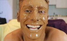 Video: Kā izskatās uz sejas uzklātas 100 mākslīgā iedeguma kārtas