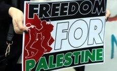 Daži cilvēki pie Izraēlas vēstniecības protestē pret konfliktu Gazā