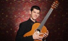 Dzintaru koncertzāle aicina uz romantisku ģitārista Zemīša un 'Dzirnu' dejotāju koncertu