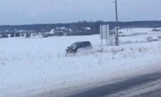 Video: Pūrē apvidnieks nobrauc no šosejas un ceļu turpina pa aizsnigušo lauku