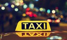 Ignorējot policistu brīdinājumus, taksometra vadītājs dzērumā sēžas pie stūres