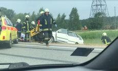 ВИДЕО: В аварии на Вентспилсском шоссе пострадали два человека, движение ограничено