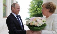 Что не так с букетом: в Кремле объяснили, почему Путин подарил Меркель цветы