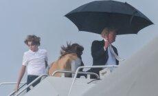 Foto: Tramps demonstrē džentlmeņa necienīgu rīcību