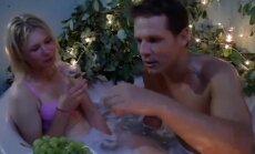 Intīms video: Pāris uz pusslodzi 'Lauku sētā' bauda romantiku