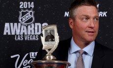 Bijušais vārtsargs Patriks Ruā saņem NHL labākā trenera balvu