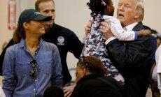 Foto: Tramps tiekas ar 'Hārvija' izpostītās Hjūstonas iedzīvotājiem