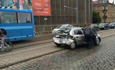 Uz tilta pie VEF auto saduras ar tramvaju