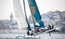 Video un foto: 'Extreme Sailing Series 2015' katamarāni šķeļ ūdeņus pie Stambulas