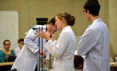 Ķīmijas entuziasti – studenti izveidojuši lekciju programmu vidusskolēniem